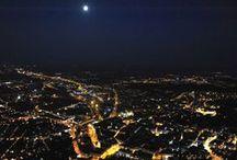 Noční let balónem přes Brno / 120 minut vyhlídkového letu balónem se startem cca 60 minut před východem slunce. Osvětlené město přeletíte v noci, zažijete východ slunce a za slunce letíte dalších minimálně 20 minut.