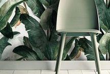 Jungle Fever / Et si on transformait notre intérieur en véritable jungle urbaine ? Avec quelques coussins fleuris, des objets venus des tropiques ou des meubles en rotin, la déco passe en mode vacances au milieu de la forêt amazonienne, ultra tendance pour le printemps. Découvrez nos inspirations aux imprimés palmier, meubles en rotin ou décoration fleurie !