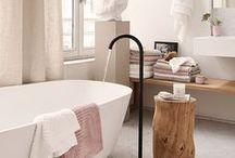 Bathroom / Salle de bain * / La pièce la plus oubliée en décoration est souvent la salle de bain. Pourtant c'est une pièce où l'on passe du temps pour soi et qu'il est important de décorer avec goût. Les détails peuvent rendre une pièce totalement différente. Un drap de bain joliment posé, un joli pot de brosse à dent peuvent faire la différence ! Découvrez nos inspirations en terme de mobilier de bain, lavabos ou autre baignoire ...