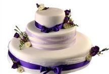 Svatební dorty / Vítejte v kategorii svatebních dortů, kde pro Vás máme připraveny návrhy s naším osobitým stylem a elegancí. Jsme schopni pro Vás připravit dorty různých tvarů a velikostí a jsme otevřeni Vašim novým nápadům. Náplní jsou vždy naše klasické dorty Ollies.