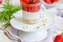 Rezepte: Erdbeeren / Köstliche Rezepte rund um die liebsten roten Sommerfrüchte: Erdbeeren. Von Eis über Smoothies sowie Kuchen und Torten ist alles dabei - Hauptsache, die Erdbeere spielt im Rezept eine Hauptrolle. Sehr lecker und vielfältig!