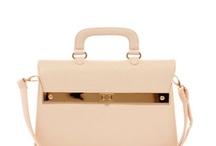 Petit sac à main femme / Le sac à main accessoire indispensable de la femme, retrouvez ici une sélection de sacs de petites tailles, rétro, moderne, cuir ou tissu au design actuel. / by Mode Grande taille