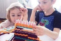 We ❤ LOOP DE LOOM ! / LOOP DE LOOM est un métier à tisser qui permet d'apprendre aux enfants à tisser facilement et rapidement. Nous le recommandons en autonomie à partir de 8 ans. Pour les plus jeunes, l'aide d'un adulte sera la bienvenue ! => http://bit.ly/LoopDeLoom Retrouvez dans ce board, un tas d'idées de créations possibles !