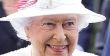 ROYAL FAMILY / PHOTOS AND PAINTINGS OF QUEEN ELIZABETH II AND HER FAMILY