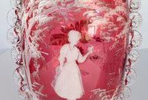MARY GREGORY GLASS / Mary Gregory je téměř vždy ručně foukané sklo s bílou smaltovanou malbou.Většinou jsou na něm vyobrazeny děti při hře -tzv. sněžné děti - květiny a mladé ženy.Vzor vznikl v Evropě , před rokem 1880 pravděpodobně v Čechách.Takže Mery Gregory byla nejspíš,,Marjánka Řehořova,,