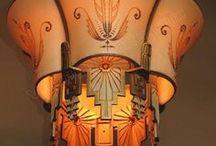 ,,  ART DECO  ,, / Třebaže byl nový styl Art Deco ve svém počátku v jistém smyslu styl luxusní a určený především pro bohaté lidi, získal si ohromnou oblibu v široké veřejnosti. Jeho typické rysy tak byly reprodukovány v masovém měřítku a v mnoha oborech.