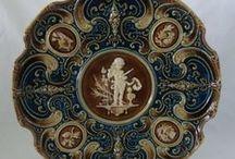 SCHÜTZ  Blansko - Olomučany / Firma zal.r.1854 vyráběla hnědé kuchyňské nádobí a kameninu.Od r.1880 se výroba specializuje na majolikové zboží v obci Olomučany u Blanska - Drahanská vysočina. Některé výrobky byly provedeny ve vzácné kobaltové modři, typické jen pro Schütze. Pečlivě opatruji velký hnědý Schütz džbán, památku po své babičce, který dostala svatebním darem v roce 1920.