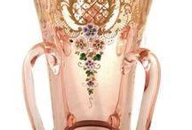 GLASS JOSEPHINA - JULIA / Ve Szklarske Porebe r.1841 zahájil činnost největší a nejslavnější sklářský podnik v Sudetech – huť Josefina (tak se jmenovala do konce 2. sv. války, po ní obnovila výrobu pod názvem Julia). Stala se světově proslulou díky řadě exkluzivních výrobků z křišťálového skla. Byly vyráběny ze skla barveného – rubínového, alabastrového, kobaltového – a byly bohatě zdobené broušením a rytím . Jejich slávu upevnila účast tehdejších výrobků na světových průmyslových výstavách v Londýně, Paříži a Vídni..