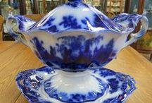 ,,  FLOW BLUE ,,   pottery / Flow modrá keramika a porcelán je jedna z nejpopulárnějších. Byla vyhotovena ve více než 1500 vzorech v Anglii, Německu, Holandsku a ve Spojených státech. Výroba vrcholila od poloviny 19.století, až do roku 1940. Nyní je opět populární, ale spíš jako sběratelský předmět, než jako nádobí. Flow - v překladu proudící - rozmarný vzhled,  byla možná úmyslná technika, nebo jen dílo náhody, ale stal se velmi oblíbeným.