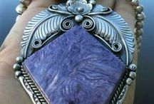 ,, LAPIS - LAZURIT ,, / Lapis lazuli, známý též jako lazurit, je ve šperkařství velmi oblíbený nádherný modrý kámen. Nejkvalitnější lapis lazuli je tmavě modrý s drobnými zlatavými skvrnkami tvořenými pyritem.Tento mimořádně krásný kámen, byl také použit na nejznámější posmrtnou masku v dějinách, masku Tutanchamona.V Chile je lapis lazuli považován za národní kámen.