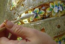 CZECH GLASS HIGH ENAMEL /  Malířská technika vysokého smaltu, jejíž počátky sahají do 18. století, spočívá v nanášení 24 karátového zlata a smaltových barev. Každý výrobek je originálem a předpokládá vysokou úroveň sklářů i malířek, kteří svou zručností a zkušeností dávají výrobkům konečnou podobu. V současné době toto krásné sklo vyrábí sklárna Slavia v Novém Boru.