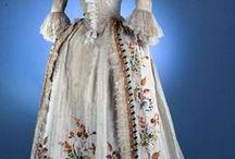Rococo * Baroko /  Baroko - styl v 17. a 18. století do r. 1715 , po smrti Ludvíka XIV - Rococo   Estetickým vyjádřením ženské krásy byl kontrast mezi úzkým pasem a ohromnou sukní, podpíranou spodní obručovou sukní - krinolínou, tvar koše, kupole kalichu nebo ovál. Největších rozměrů dosáhla ve 40. a 60. let 18. století. Sukně vrchních šatů byla po celé své délce, po vzoru baroka, ve středu rozstřižená a odhalovala spodní sukni. Ženské účesy postupem času nabývaly větších rozměrů a podivuhodnějších tvarů.