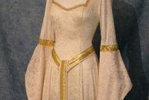 """Gotika / Gotika je umělecký sloh pomalu navazující na sloh románský. Začíná se projevovat od druhé poloviny 12. století a pokračuje ve vrcholném středověku zhruba po další tři staletí. Tehdejším módním trendem byly u mužů dlouhé špičky bot , dlouhé rukávy a vysoké límce podle spol. postavení. Ženy se často odívaly do šatů s tzv. """"rozstřiženými rukávy"""", nosily henniny - dlouhé a vysoké """"klobouky bílé paní""""  se závojem, nebo roušky, které měly různě ovázané kolem hlavy."""