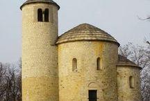 Románský sloh / Románské umění bylo uměním v západních křesťanských zemích od začátku 11. až do pol. 13. století. Do současnosti se zachovala řada církevních staveb, především kostelů. Kostely v západní Evropě tvořily v období mezi rokem 1000 a koncem 12. století podstatnou část stavební činnosti. Stavěly se však také paláce, hrady, kláštery, špitály a obytné domy - do současnosti se z nich většinou nic nezachovalo.