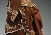 ,,Ve znamení turnýry,, / Koncem 60. let 19. století, v době, kdy se přestávala nosit móda Biedermeieru, vnikla do vyšších vrstev nová móda, které propadly všechny ženy. Jejím základem byl těsně stažený korzet a vycpávka z koňských žíní – turnýra, která se přivazovala vzadu v pase. Pozorovateli se proto při pohledu z boku naskytl pohled na nepřirozeně esovitě stylizovanou postavu. Vysoko zdvihnuté poprsí, silně stažený pas a velmi zdůrazněná zadní část. Ženu opticky zvyšovaly dlouhé vlečky a vysoké účesy.