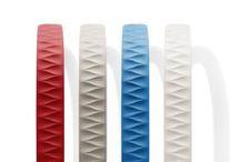 Trend #11_ CHNN / La tendencia CHNN (Cold+Hot+Neutral+Neutral) aparece tras la repetición de este patrón en nuevas gamas de productos en el mercado. CHNN, se lleva a cabo con contrastes entre el rojo coral como protagonista de la gama caliente, los azules como tonos frios, y a su vez dos componentes neutros. Esta nueva cuatricomía, es considerable en productos del sector deportivo, por ser una combinación que puede transmitir con un mismo producto, carácteres de sobriedad y energía simultaneamente.