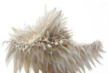 Trend #16_ Subnature / Materiales, texturas, formas y elementos del mundo submarino y la diversidad que en él se recrea.  Materiales suaves, hidrófugos y con cuidadas prominencias en detalles. Predominan materiales gomosos que imitan la suavidad de las anémonas y materiales naturales que buscan un efecto acogedor.  Es especialmente llamativo el uso de geometrías aleatorias particulares de los corales, e investigaciones en sistemas de iluminación orgánicos y reflejos iridiscentes tanto en producto como arquitectura.