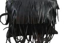 Tassen stijlvol zwart / Bag4More heeft dit najaar een collectie afgestemd op de aankomende mode trends van dit najaar. We zien dit najaar donkere kleuren en verschillende materialen, mat en glans. Ook opvallende kettingen en grote spelden gaan terug zien. De collectie brengt voor ieder wat wils van stoer tot klassiek.