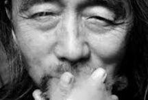 山本耀司 / 山本 耀司は、日本のファッションデザイナー。ヨウジヤマモトの名でプレタポルテブランドを展開している。 長女・山本里美も、自身のブランド「LIMI feu」のデザイナー。