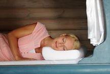SISSEL Nackenkissen / Mit unserem SISSEL Nackenkissen ist der Nacken perfekt gestützt. Egal, wie man sich dreht und wendet.