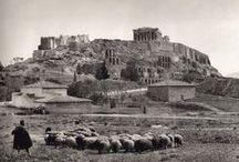 Fred Boissonnas: Φωτογραφίες από την Ελλάδα του 1900 / Ο Φρεντερίκ Μπουασονά (Γενεύη 18 Ιουνίου 1858 - 17 Οκτωβρίου 1946) ήταν Γαλλοελβετός φωτογράφος, ιδιαίτερα γνωστός για την φωτογραφική τεχνική του αλλά και την εκτεταμένη φωτογράφιση του ελληνικού χώρου επί τριάντα περίπου έτη. Το έργο του, σε ό,τι αφορά τουλάχιστον στην Ελλάδα θεωρείται εν γένει «πρωτοποριακό αλλά και καθοριστικό για την εξέλιξη της ελληνικής φωτογραφίας κατά τον 20ό αιώνα».