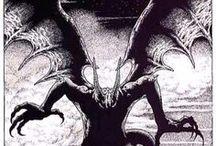 CTHULHU Mythos / Muchos y multiformes son los oscuros horrores que infestan la Tierra desde sus orígenes. Duermen bajo la roca inamovible; crecen con el árbol desde sus raíces; se agitan bajo la mar y en las regiones subterráneas; habitan los reductos más sagrados. Cuando les llega su hora, brotan del sepulcro de orgulloso bronce o de la humilde fosa de tierra. Algunos hay de antiguo conocidos por el hombre; otros, permanecen ignorados basta el día terrible de su revelación.  Del Necronomicon, de Abdul Alhazred