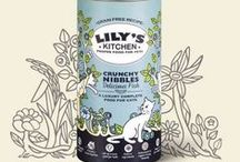 Lily's Kitchen   for cats / Η υπόσχεση της Lily's: Τροφές χωρίς σιτηρά και χωρίς κρεατάλευρα. Φυσικά συστατικά. Πιστοποιημένη οργανική σειρά. Ολιστικές συνταγές. Εγκεκριμένη από κτηνίατρους & και διατροφολόγους. Διατηρεί το ζώο σας υγιές, μέσα & έξω.