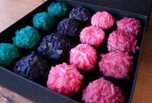 COLORFUL CHOCOLATE SWEET - brigadeiros coloridos / NOVIDADE! Quer dar um presente original? Que tal uma linda caixa de brigadeiros coloridos nas cores que você mais gosta? ;) #brigadeiroscoloridos