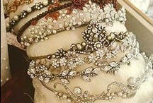 Bridal Hair Accessories / Gorgeous bridal hair accessory ideas from rhinestone headpiece to glamorous hair combs. Find your wedding style!