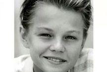 *Leo* / Narodil se 11. listopadu 1974 poblíž Hollywoodu v Kalifornii Jde o velkého sympatizanta ochrany životního prostředí a dlouhodobě se věnuje taktéž různým humanitárním činnostem (společně s Georgem Clooneym daroval 1 milion dolarů na podporu Haiti zasažené zemětřesením roku 2010).
