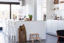vtwonen ❥ KEUKEN / De mogelijkheden voor een keuken lijken oneindig. Hoe maak je een keuze uit de verschillende spoelbakken, werkbladen, kastfronten en kranen? Waar moet je op letten bij koel- en vriescombinaties? De verschillen bij vaatwassers, magnetrons, ovens en kooksystemen. We zetten het op een rij. Heerlijk veel inspiratie zodat jij thuis de keuken kunt kiezen die bij je past.