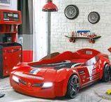 Serie Biturbo: Cama coche / Habitación temática infantil ambientada sobre el mundo del automóvil, con la cama con forma de coche como elemento principal.