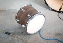 Die Drum Lights / Die MÖBELHAUEREI entwickelt aus unterschiedlichsten Produkten neue Möbel. Was den bisherigen Nutzungsanforderungen nicht mehr genügt, wandert nicht auf den Müll, sondern findet Platz in einem neuen Kontext. Da wird der ausrangierte Turnkasten zu einem Sideboard, natürlich weiter beturnbar, das Schlagzeug erscheint in neuem Glanz als Leuchtobjekt. Jedes Möbelstück ist genauso einzigartig wie seine Geschichte.
