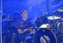 Javi Molina  / Javi es el baterista del grupo y por si fuera poco también es el mas bromista. Durante el receso del grupo, Javi se dedico enteramente a atender su bar Pop 'n' Roll. De vez en cuando se subía  a tocar la bateria con los grupos a los que en ocasiones invitaba a su bar. Fecha de nacimiento: 16 de junio de 1964. Signo del zodiaco: Géminis. ¡Síguelo en twitter! @JaviMolinahg