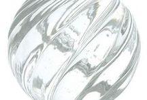Boules d'escalier Collection Vrilles / Boule d'Escalier faite main dans nos ateliers Boule d'Escalier Vrilles - Gamme Séduction -  Dimensions standard sphère : Ø10cm - embase standard Ø5.5cm 4 finitions de piétement possibles : laiton, chrome, nickel satiné ou plaqué or Autres tailles disponibles sur demande. Toutes les boules d'escalier peuvent être éclairées par LEDs Fabriquée en France – Bretagne – Ile de Bréhat