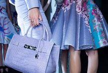 Inspiracje: Versace Collection / Butik Versace Collection znajdziecie w Galerii na Poziomie 1. Pierwszy butik Versace powstał w 1978 r. w Mediolanie. Dziś ta marka to jeden z najbardziej szanowanych, wpływowych i wiodących domów mody na świecie, który jest jednocześnie synonimem luksusu i elegancji.