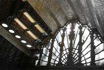 Art Deco / Art Deco este o abreviere pentru expresia din franceză denumind Expoziția internațională de Arte Decorative și industriale moderne, care a avut loc la Paris în 1925 (Exposition Internationale des Arts Décoratifs et Industriels Modernes), respectiv desemnând o mișcare artistică a începutului secolului 20 în artele decorative. Originea sa se găsește în perioada  declinului mișcării artistice Art Nouveau.