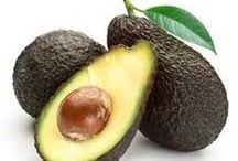 Avocado eller avokado   i alle afskygninger /  avocado  10-15 cm lang, pæreformet grøntsag med mørkegrøn skal, en stor, rund sten og lysegrønt frugtkød med en blød, cremeagtig konsistens vokser på træet Persea americana