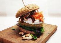 Burger  alverdens  Burger  dansk  tekst / Burger  madret bestående af en flækket blød bolle der er lagt sammen omkring en flad hakkebøf med forskelligt tilbehør, fx en skive ost, løg, ketchup og agurkesalat almindelig som fastfood indført fra USA efter 2. verdenskrig