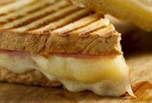toast  /   panini  dansk  tekst / Betydninger   toast   ristet (hvidt) brød, spises som morgenmad eller med forskellige former for pålæg, fx ost, skinke og tomat også om det enkelte stykke brød