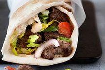Rullekebab  Shawarma   Durum rulle   Fladbrød / madret af marineret okse- eller lammekød som er stegt på et stort spyd og skåret af i tynde strimler, ofte serveret med salat