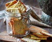 knækbrød / kiks  dansk tekst / knækbrød  sprødt brød der er bagt i tynde skiver, med begrænset brug af hævemiddel  /  kiks   fladt, rundt eller firkantet stykke bagværk der bages af groft eller fint mel og uden hævemiddel