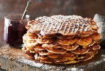 Vafler   og  Belgiske vafler / vafler   stor, flad kage der bages af en dej der minder om pandekagedej, i et særligt jern med reliefmønster serveres varm, ofte med sukker og syltetøj    Belgiske vafler  stor kage bagt i et særligt, firkantet jern med ternet reliefmønster
