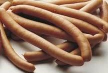 pølseretter  dansk tekst / Pølser  pølseret  madvare i form af en masse af finthakket kød, krydderier m.m. som er stoppet i et aflangt hylster af dyretarm eller en kunstigt fremstillet erstatning derfor spises røget, stegt eller kogt og ofte som skiveskåret pålæg