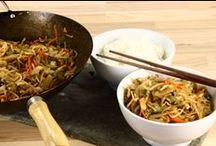 wokmad   dansk  tekst / mad bestående af ingredienser der er skåret i fine strimler og stegt i en wok  Wok   er velegnet over åben ild, gløder eller et specielt komfur. Lidt svært i et køkken, men nemt på en gade i Østen
