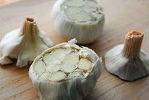 Hvidløg  /  hvidløgssmør  opskrifter  dansk tekst / Hvidløg  /  hvidløgssmør løgplante som har hvide blomster med et rødligt eller grønligt skær og et hvidt, stærkt duftende og smagende løg der under væksten danner en række kileformede sideløg (fed)    løg fra denne plante, brugt som madvare, naturlægemiddel el.lign. forbindes undertiden med overnaturlige kræfter der kan betvinge fx vampyrer