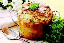 gratin  dansk tekst / gratin  madret bestående af grøntsager, fisk el.lign. der gratineres eller bages i ovn med en sovs tilsat pisket æg