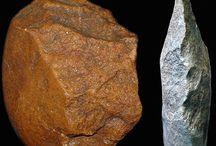 Őskor, Kőkorszak, Prehisztórikus kor, Paleoantropológia ...                Prehistoric age, Stone Age, Palaeoanthropology ... / Az őskor az első emberelődök (Hominina) megjelenésével kb. 6-4 millió évvel ezelőtt kezdődött, a földtörténeti harmadidőszak utolsó szakaszával (pliocén) és a földtörténeti negyedidőszakkal (pleisztocén és holocén) esik egybe. Az emberiség történetének 99,5%-a a paleolitikumra (őskőkor) esik, kb. 2,4 millió évvel ezelőtt kezdődött és kb. 11 500 éve ért véget. Az őskőkorszak az emberi eszközhasználatnak az a szakasza, amikor a kő- és csonteszközök tudatos készítése zajlik (alsó időbeli elhatárolásként az eszközt már használó, de nem készítő emberféléktől), és a technológia a szilánkhasításra korlátozódik. Ez az eszközkultúra végigkíséri a Homo genus fejlődését a Homo rudolfensistől a H. erectuson, H. habilison, H. ergasteren és H. antecessoron keresztül a Homo sapiensig.