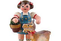 Holzfiguren / Eine kleine Auswahl der zahlreichen, liebevoll gestalteten Holzfiguren aus dem Erzgebirge.