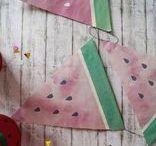 Kindergeburtstag: Melonenparty Ideen und DiY / Hier zeige ich dir wie du eine Wassermelonenparty feiern kannst! Mit Torte, Girlande und kleinen Schirmchen.